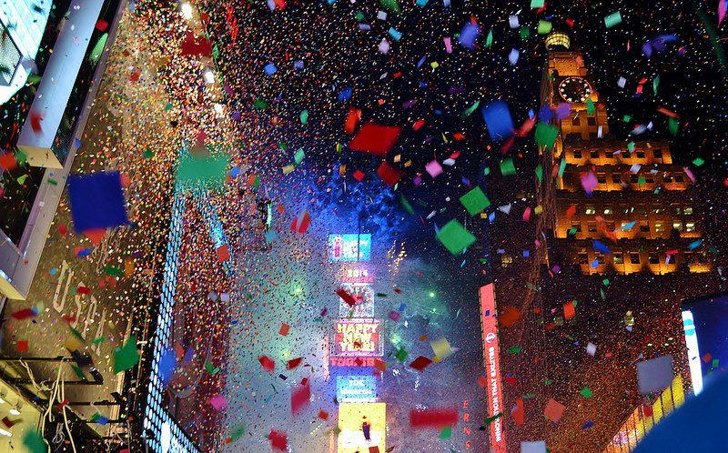 times-square-confetti-falling